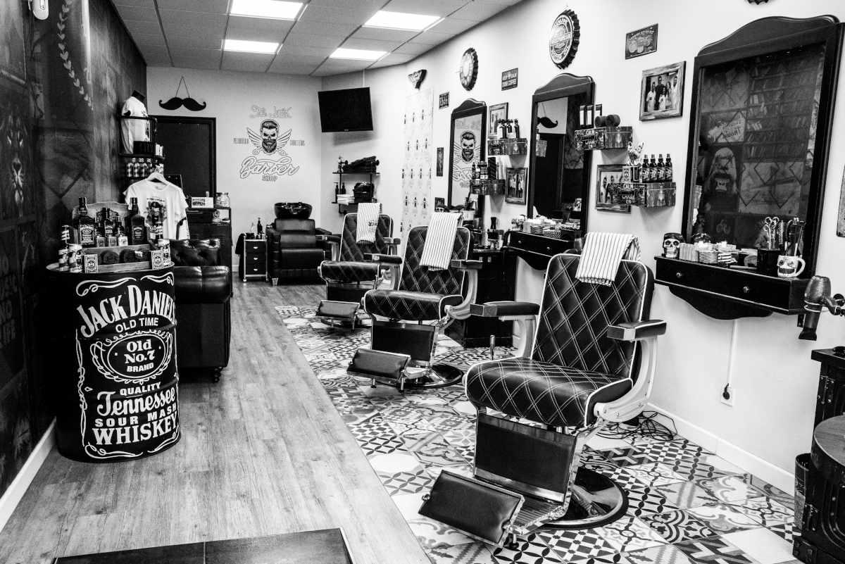 Vista de butacas e interior de la barbería de Barakaldo