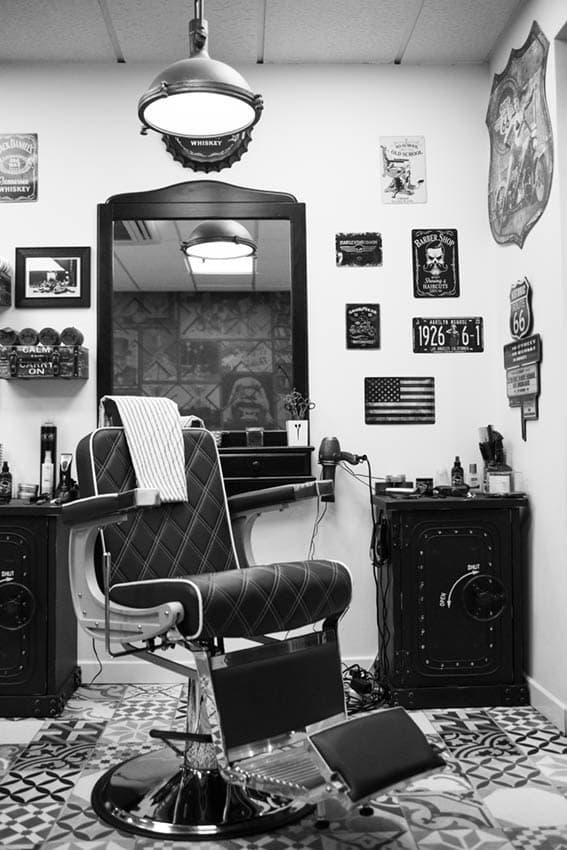 Vista butaca y espejo de la barbería de Castro Urdiales