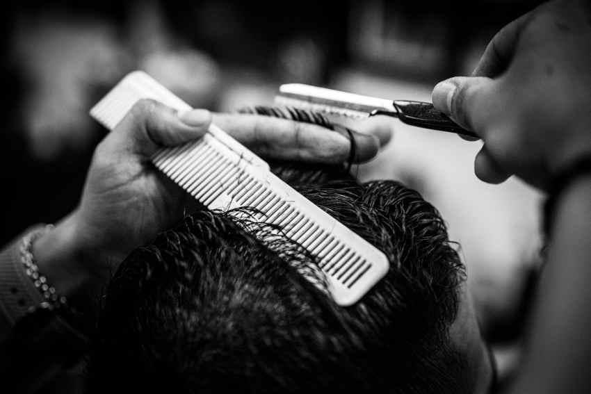 Manos cortando pelo