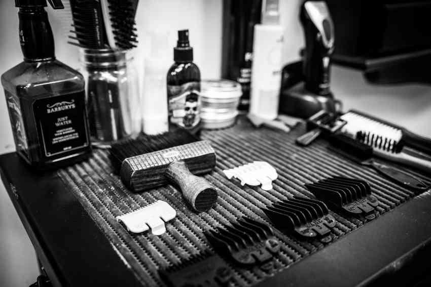 Accesorios de peluquería, peines maquinilla, cepillos de pelo, productos para cabello.